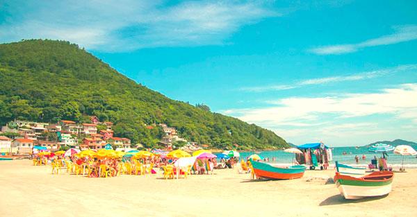 Imóveis na praia do Pântano do Sul próximos a bares e restaurantes.